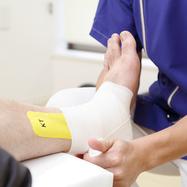 包帯固定(患部を固定し、損傷した軟部組織を圧迫することによって回復を促進)
